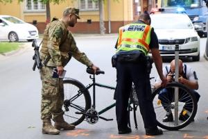 Kiesett a kerékpár első kereke, a fiatal fiú az aszfaltra zuhant (galéria)