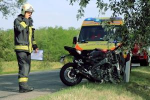 Életveszélyesen megsérült a tompai motoros: fának csapódott és kigyulladt a Yamaha