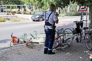 Kerékpártárolónak ütközött egy autós a városházánál