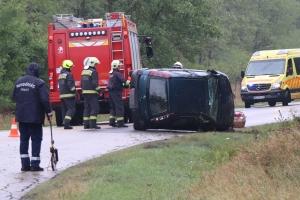 Felborult egy Opel a zsanai úton (galéria)