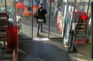 Felismeri? Lopás gyanúja miatt keresik a képen látható nőt