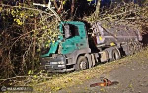 Kamion az árokban, a sofőr kórházba került (galériával)