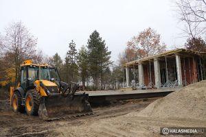 Építik a kilátót, kotorják a tómedret - szabadidőközponttá válik a Csetényi park