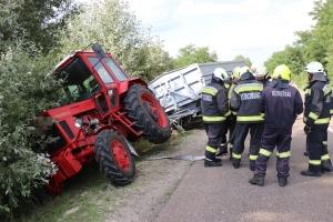 Árokba csúszott egy traktor: óriási dugó volt a fehértói úton (galéria)