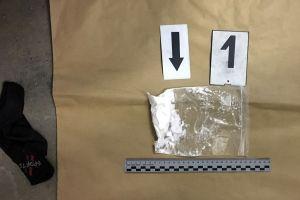 Zokniba és pénztárcába rejtett kábítószer
