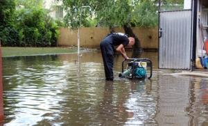 (►) Udvarokat, pincéket, szobákat öntött el a víz