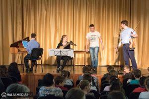 Pozitív töltést adó Filharmónia