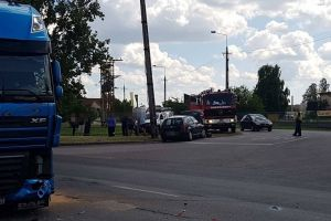 Kamion és két személyautó ütközött