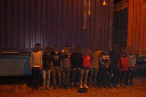 Csoportosan jönnek a migránsok