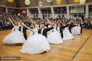 (►) Látványos táncok a bibós szalagavatón