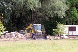 Már bontják az épületeket, hamarosan megszépül a sóstói strand