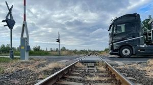 Félpályás útzár lesz a vasúti átjáróban